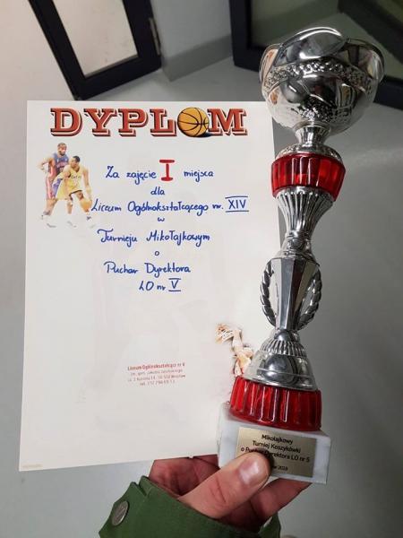 LO XIV wygrało Mikołajkowy Turniej o Puchar Dyrektora LO V